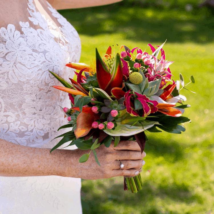 Bouquet-mariee-exotique-coloré-luxe-mariage-fleurs-bordeaux-lpfloraldesigner
